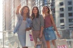 Девушки в городе стоковые фотографии rf