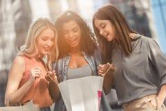 Девушки в городе стоковое изображение