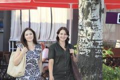 Девушки в городе Стоковые Изображения