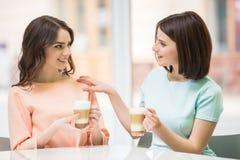 Девушки в городском кафе Стоковое Фото