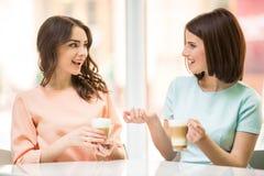 Девушки в городском кафе Стоковые Изображения RF