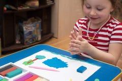 Девушки в детском саде ваяют стоковое фото
