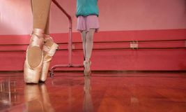 Девушки в их классе балета стоковое фото rf