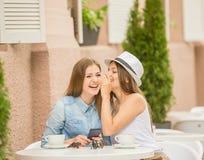 Девушки в кафе лета Стоковое Изображение