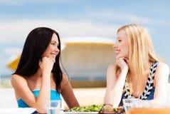Девушки в кафе на пляже Стоковое Изображение
