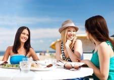 Девушки в кафе на пляже Стоковое фото RF