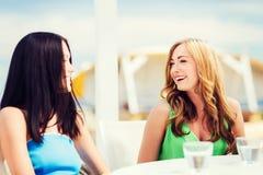 Девушки в кафе на пляже Стоковое Изображение RF
