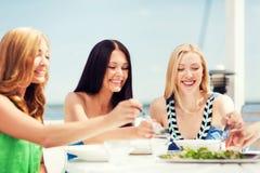 Девушки в кафе на пляже Стоковые Фото