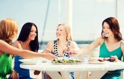Девушки в кафе на пляже Стоковая Фотография