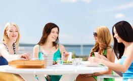 Девушки в кафе на пляже Стоковые Изображения