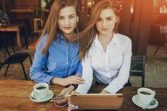 2 девушки в кафе Стоковое Изображение