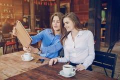 2 девушки в кафе Стоковые Фотографии RF