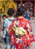 2 девушки в кимоно на улице города, токио, Японии вертикально Конец-вверх задний взгляд Стоковая Фотография RF