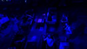Девушки в клубе с синью освещают взгляд сверху Силуэт женщины на голубой предпосылке, развевая платье по мере того как крыла на в Стоковая Фотография RF