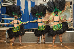 Девушки в костюме на масленице в Рио Актеры выполняют на этапе Стоковые Фотографии RF