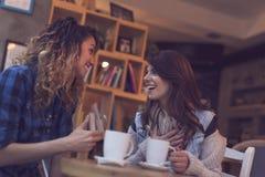 Девушки в кофейне Стоковые Изображения RF