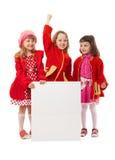 Девушки в красном цвете держат белую афишу Стоковые Изображения