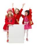 Девушки в красном цвете держат белую афишу Стоковое Фото