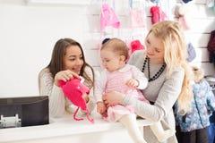 Девушки в магазине одежды Стоковая Фотография