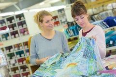 Девушки в магазине одежды Стоковые Фотографии RF