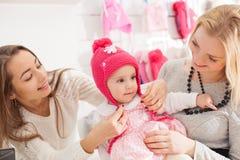 Девушки в магазине одежды Стоковое Изображение RF