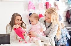 Девушки в магазине одежды Стоковые Изображения RF