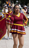 Девушки в марше диапазона танцуя флаги whit Стоковая Фотография