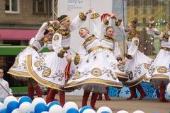Девушки в национальных русских костюмах танцуя на этапе Стоковые Изображения RF