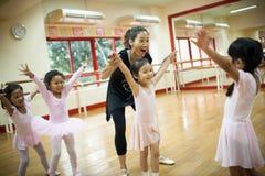 Девушки в начальной школе, принимают курс классического танца Стоковые Фотографии RF