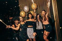 Девушки в ночном клубе имея большое время Стоковое Фото