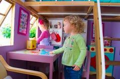 Девушки в доме игрушки Стоковые Фотографии RF