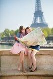 Девушки в Париже ища направление Стоковые Изображения RF