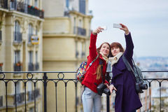 Девушки в Париже принимая selfie Стоковая Фотография