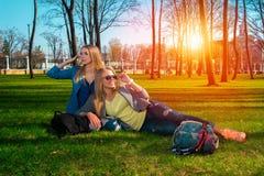 Девушки в парке ослабляя Стоковое Фото