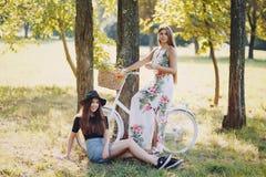 Девушки в парке стоковые изображения