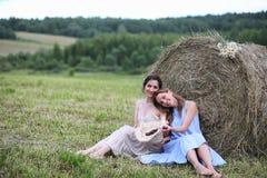 2 девушки в платьях в поле лета Стоковые Фотографии RF