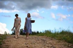 2 девушки в платьях в поле лета Стоковое Изображение RF