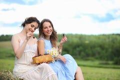 2 девушки в платьях в поле лета Стоковое Фото