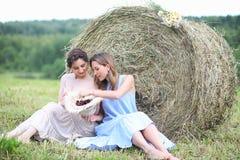 2 девушки в платьях в поле лета Стоковое фото RF