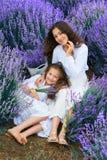 Девушки в поле цветка лаванды, красивом ландшафте лета стоковые изображения rf