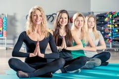 Девушки в положении лотоса во время йоги Стоковое Изображение RF