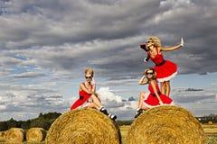 Девушки в поле Стоковое Фото