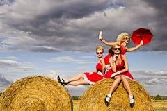 Девушки в поле Стоковые Фотографии RF