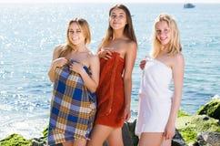 Девушки в полотенцах стоя на пляже Стоковые Фотографии RF