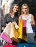 Девушки в путешествии города покупок Стоковые Изображения RF