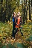 Девушки в пуще осени Стоковые Изображения RF