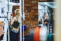 девушки в разминке спортзала Стоковые Фото