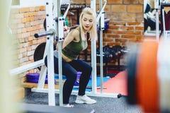 девушки в разминке спортзала Стоковое Изображение