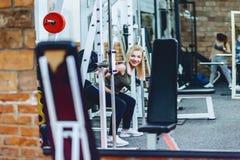девушки в разминке спортзала Стоковая Фотография