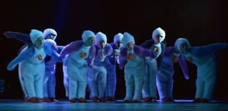 Девушки в розовом воздухе одевают танцы на этапе Стоковое Изображение